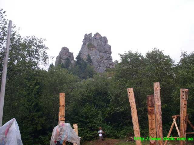 Скельна група Камінь, центральна частина оборонного комплексу Тустань. Вигляд з південного заходу