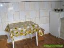 Стіл з стільцями в кухні
